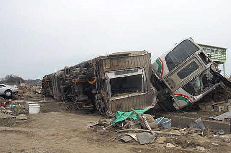 津波によって脱線横転したJR常磐線