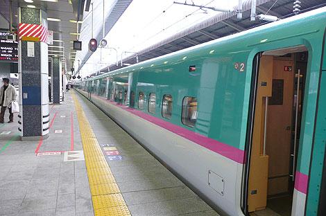 東京駅のはやぶさ(E5系)