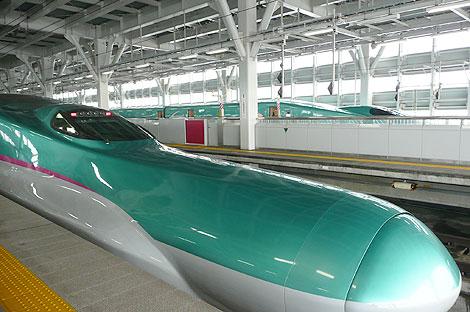 新青森駅のはやぶさ(E5系)