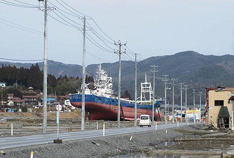 津波で陸に打ち上げられた船