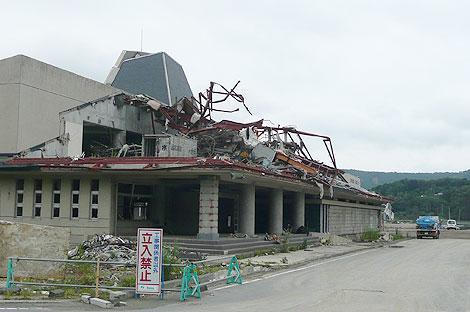 津波で破壊された雄勝硯伝統産業会館