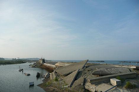 津波によって破壊された防潮堤