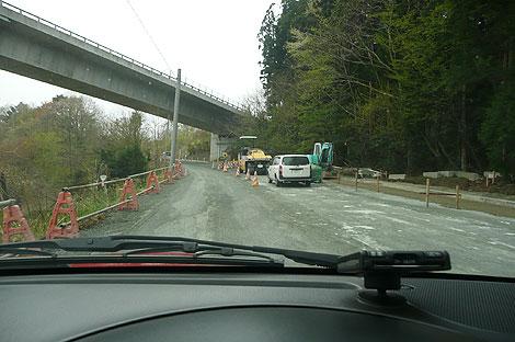 道路は復旧作業中