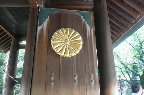神門の菊花の紋章