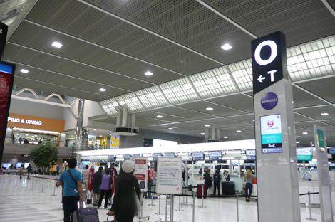 羽田空港チェックインカウンター